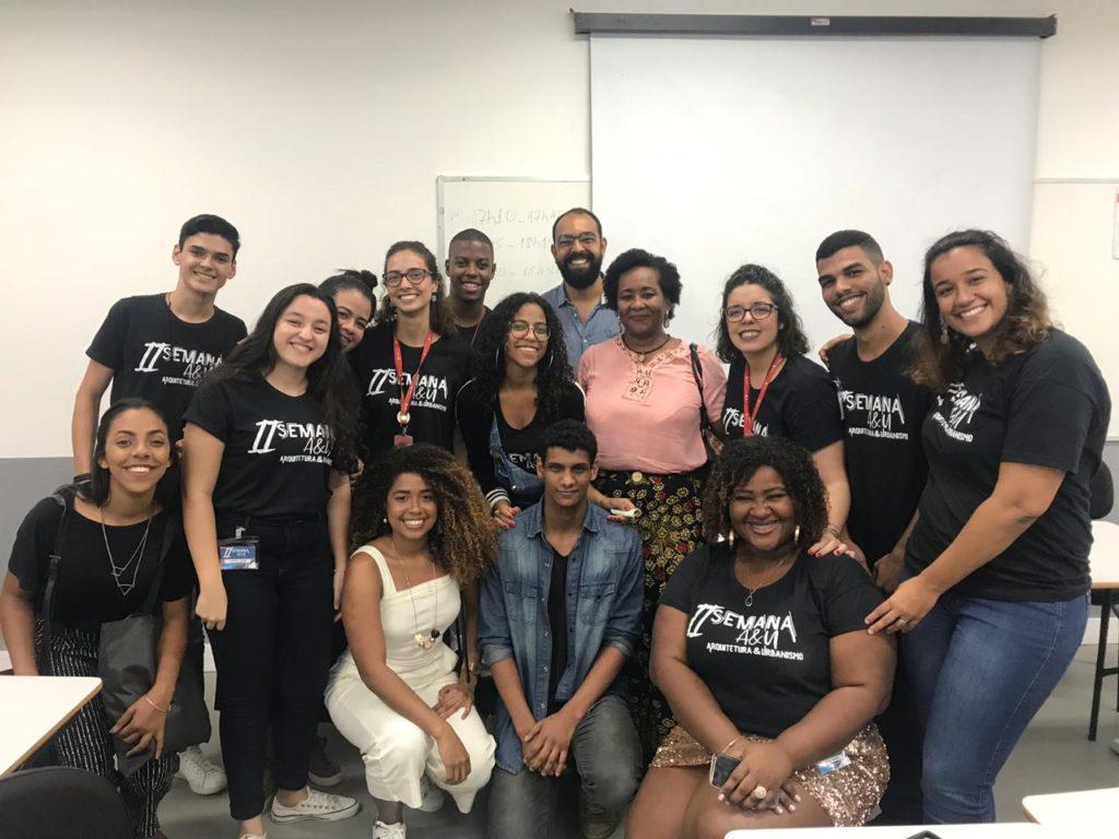 Presidente do CAU/BA participou da II Semana de Arquitetura e Urbanismo promovida pela faculdade Unime, Campus Salvador. Na foto, ela está com alunos do curso.